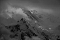 Cinquante Nuages de Gris (Frédéric Fossard) Tags: noiretblanc grain nature nuages aiguilledumidi lumière ombre atmosphère hautemontagne hautesavoie alpes massifdumontblanc chamonix gris tonalité dramatique glacier neige texture sérac