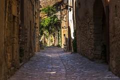 Una calle de Monells, Girona (allabar8769) Tags: calle casas girona monells