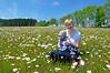 Auf der großen Blumenwiese... (Mariandl48) Tags: blumenwiese margeriten blumen tochter gabi theodor kind enkelkind bäume wald wiese feld wenigzell kandlbauer steiermark austria
