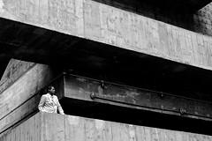 terno branco (renanluna) Tags: homem man prédio building sesc sescpompeia monocromia monochromatic pretoebranco blackandwhite pb bw sãopaulo 011 sp br 55 fuji fujifilm fujifilmxt1 xt1 35mm fujinon35mmf14xfr fujinon renanluna