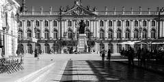 5.35 pm (travelben) Tags: place stanislas nancy lorraine france eu bw nb meurthe moselle statue street architecture city urban hotel de ville