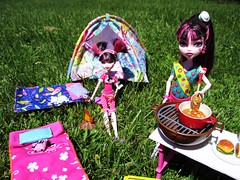 Girl scout training (flores272) Tags: draculaura monsterhigh monsterdoll dollfurniture dollclothing toycat deadtireddraculaura deadtired monsterhighskullshores skullshoresdraculaura doll dolls toy toys camping bratz bratzfurniture bratztent