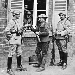 """La pause """"canon"""" (version photo) (JDAMI) Tags: 1418 grandeguerre batailledelasomme somme 80 picardie france hautsdefrance détente bouteilles vin fenêtre soldats nikon d600 tamron 2470"""