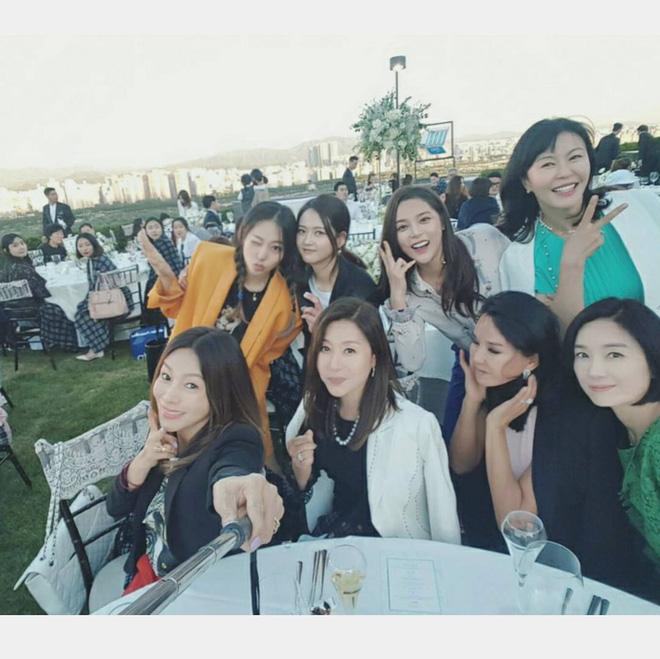 Jang Geun Suk, Hoa hậu Park Si Yeon cùng loạt sao Hàn khoe ảnh trong đám cưới mỹ nhân phim Mười - Ảnh 2.