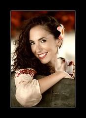 Claudia (Alejandro Zerené Homs) Tags: claudia retrato sonrisa naturalidad color espontaneidad sencillez cercania flores simpatia serenidad alejandrozerenéhoms