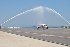 Ernest Water cannon - Milano Malpensa (Marco Zanforlin) Tags: watercannon malpensa mxp milanomalpensa ernest airbus airbusa319 airport airlines