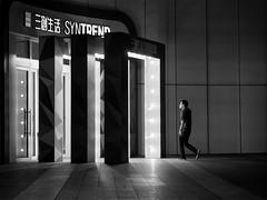 entrance (dr.milker) Tags: taiwan taipei market computer guanghua bw blackandwhite noiretblanc blancoynegro people entrance night street 台灣 台北 光華商場 人 街拍 黑白 入口 夜晚