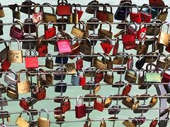 Zeichen ewiger Liebe (VenusTraum) Tags: schlösser liebe aussichtsturm friedrichshafen bodensee ewig turm gitter padlock key love locks