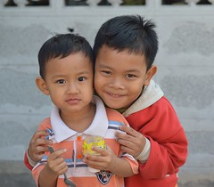 loving brothers (the foreign photographer - ฝรั่งถ่) Tags: jan172014nikon two boys loving bnothers khlong lat phrao portraits bangkhen bangkok thailand nikon d3299