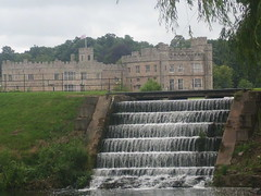 Castillo de Leeds, Inglaterra (gonzars17) Tags: castillo turismo agua hierba llanura canal árboles inglaterra leeds medieval río castle england water field trees grass river