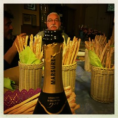 l'uomo tappo (rosa_pedra) Tags: alpini tappo circoloalpini prosecco bottiglia festa streetdaristorante stappare nata