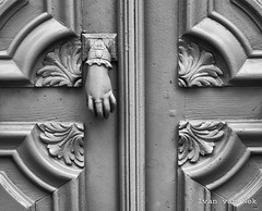 Knock knock (Ivan van Nek) Tags: nikond7200 nikon d7200 hautegaronne midipyrénées 31 occitanie languedocroussillonmidipyrénées france frankreich frankrijk door detail doorsandwindows deur klopper zwartwit blackandwhite noiretblanc monochrome ruedemetz toulouse