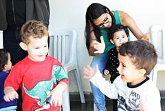 Vizinhos pequeninos bricando, cantando e orando na Ultimato