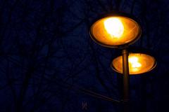 Lampadaire au sodium (Meot Youri) Tags: lampadaire lumière jaune sodium orange bleu noir nuit sombre contraste