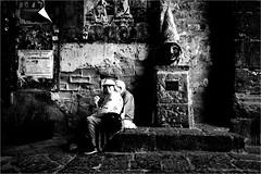 na_037 (la_imagen) Tags: sw bw blackandwhite siyahbeyaz monochrome street streetandsituation sokak streetlife streetphotography strasenfotografieistkeinverbrechen menschen people insan neapel naples napoli italy italia italien italya centrostorico