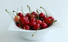 Cherries, Chéri? (JuliSonne) Tags: kirschen cherry cherries rot lecker appetitlich delikatesse gourmet essen obst früchte gesund healthy food fruits produktfotografie red yummy delicious