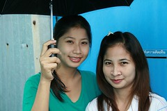 pretty fair skinned sisters with umbrella (the foreign photographer - ฝรั่งถ่) Tags: pretty fair skinned sisters umbrella khlong thanon portraits bangkhen bangkok thailand canon kiss