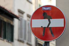 Florence Traffic Sign #25 (just.Luc) Tags: trafficsign panneaudesignalisation sensinterdit onewaystreet eenrichtingsverkeer sign verkeersbord red rood rouge rot rond round cirkel circle cercle man homme hombre uomo city urbanart streetart art cletabraham firenze florence florencia florenz italië italie italien italia italy europa europe tuscany toscane toscana