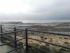 Playa de Irlanda (ana jiménez zamora) Tags: rocas poca vegetación agua pasarela océano arena paisaje turistas ciudad georafía humana geografy human peces fish tourism cielo nubes azul nublado