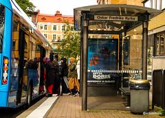 Get in the bus (@acastellonm) Tags: goteborg gotemburgo gothenburg sweden suecia sverige city ciudad scandinavian país country bus station busstop people parada marquesina contrast religion