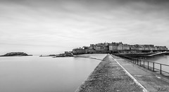 Une vue sur Saint Malo (ju.labs) Tags: canon canon70d 1018 nd1024 cokin monochrome noiretblanc blackandwhite poselongue city ville bretagne mer sea bordsdemarne piscine contraste saintmalo dinard
