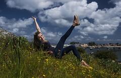 ¡¡Es viernes!! (T.I.T.A.) Tags: ogrove puntamoreiras alegria chica campo flores orquideas serapiascordigera serapias nubes cielo sky barcos portomeloxo