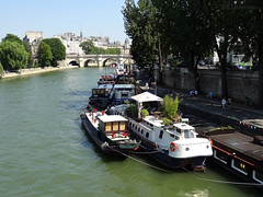Houseboats leading towards Pont Neuf (eutouring) Tags: paris france river riverseine seine travel iledelacite old history pontneuf boat boats houseboat houseboats