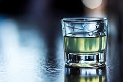 Medio lleno, medio vacío (Julio_Sierra) Tags: gotas reflejos detalle 50mm 18 canon 700d alcohol macro tonos frios julio sierra vaso madera