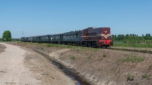 SMMR Dieselloc 2225 met passagierstrein 57