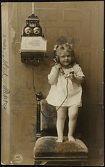Liten jente snakker i telefon, 1907 (National Library of Norway) Tags: nasjonalbiblioteket nationallibraryofnorway postkort postcards barn children jenter girls telefoner telephones phones vintage rigstelefonen telefonkataloger rikstelefonen phonebooks