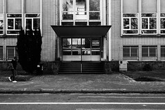 crowded (kceuppens) Tags: antwerpen antwerp school gebouw building belgie nikon d810 kond810 nikkor 1635 f4 nikkor1635f4 blackandwhite black white bw zwart wit zw zwartwit