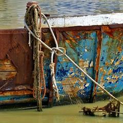 molo (archifra -francesco de vincenzi-) Tags: archifraisernia francescodevincenzi square carré ormeggio barca oldboat fune nodo rope node imbarcazione vecchiabarca porto particolare dettaglio detail blue blu cuerda azul bleu attracco mooring