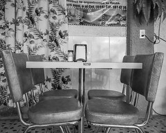 Ambiente Anacrónico (Maria Sciandra) Tags: mexico monochrome blackandwhite mariasciandraphotography sonyrx100 sanmigueldeallende wwwmariasciandracom diner restaurant luncheonette eatery retro