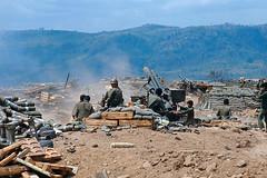 Cuộc hành quân Lam Sơn 719 - Pháo thủ Nam VN nã pháo vào vị trí VC từ căn cứ hỏa lực trên đất Lào