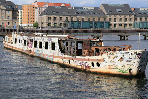 berlin alttreptow spree osthafen berlintreptowköpenick spreeufer schiffswrack wrack wreck shipwreck pecio ausflugsschiff excursionboat barcodeexcursión canoneos6d canonef24105mmf4lisusm 75mm flickrfriday boats boote ff221