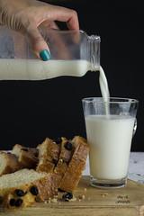 La merienda (Ivannia E) Tags: milk panqué cake pasas leche foodphotography food alimentos snack merienda beverage