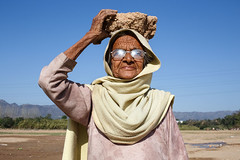 Rock - Anandpur Sahib, India (Maciej Dakowicz) Tags: asia india punjab anandpursahib woman portrait sikh oldwoman