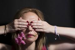 Nos queremos Vivas (paulavf) Tags: autoretrato vivas violenciadgenero flores femenino mujeres iluminación interiores yo retrato bestportraitsaoi