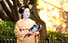 Geisha Cosplay, Gion 芸者コスプレ、祇園 (Aleksi Mattsson) Tags: geisha maiko cosplay gion kyoto japan nikkor200mmf2g 芸者 舞妓 コスプレ 京都 舞妓変身 紅葉
