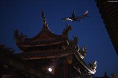 台北・大龍峒保安宮 ∣ Baoan temple・Taipei (Iyhon Chiu) Tags: 台北 保安宮 baoan temple taipei 台灣 大龍峒 台北市 寺廟 廟 廟宇 plane airplane 飛行機 飛機