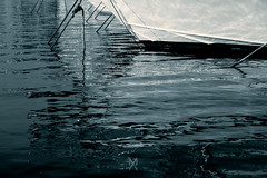 Reflet dans l'eau (Meot Youri) Tags: eau mer bateaux reflet noir blanc bleu corde coque contraste