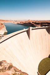 Glen Canyon Dam (gstening) Tags: glen canyon dam glencanyondam lakepowel page arizona usa america northamerica az canoneos5dmarkii 5d canon water cliff red blue still sky clear grass fall high tall outside man made 20mm sigmaex20mm sigmaex20mm18 primelens prime sigma