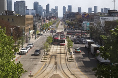 20170523. The perfectly aligned south view from the One Spadina tower's third floor. (Vik Pahwa Photography) Tags: doorsopentoronto2017 doorsopen vikpahwacom vikpahwaphotography toronto onespadina uoftdaniels johnhdanielsfacultyofarchitecturelandscapeanddesign dot17 architecture universityoftoronto daniels view spadinaavenue lookingsouth streetcars