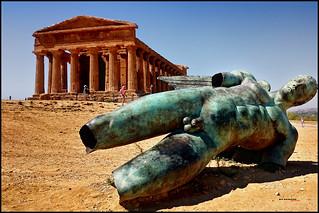 Templo de la Concordia e Icaro caído, en el Valle de los Templos,  Agrigento