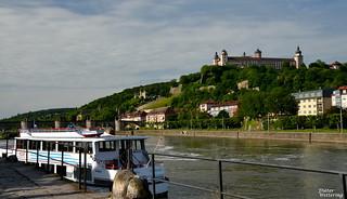 Blick von der Schiffsanlegestelle auf Festung und Käppele