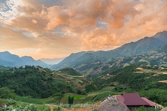 _Y2U9724.0617.Lao Chải.Sapa.Lào Cai (hoanglongphoto) Tags: asia asian vietnam northvietnam northwestvietnam landscape scenery vietnamlandscape vietnamscenery vietnamscene morning sunrise sky cloud clouds mountain flankmountain valley house home hdr canon canoneos1dx zeissdistagont3518ze tâybắc làocai sapa laochải phongcảnh buổisáng bìnhminh phongcảnhsapa sapabuổisáng bìnhminhsapa bầutrời mây núi sườnnúi thunglũng ngôinhà nócnhà