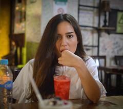 Krisia (Melili Navarro) Tags: retrato espontaneo modelo chica guapa linda atractiva sonriendo paleta de nieve comiendo bolso la moda fashion female makeup maquillaje labial risa carcajada museo historia