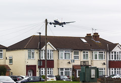G-YMMT llegando a Myrtles Ave (Dawlad Ast) Tags: aeropuerto internacional international airport londres london heathrow lhr avion plane airplane myrtles ave avenue mayo may 2017 17 boeing 777236er gymmt british airways sn 36518 casas houses b777 777