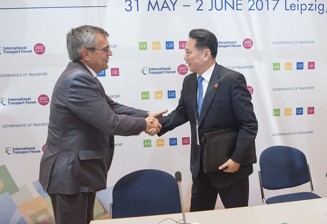 Jose Viegas shakes hands with Xiaopeng Li