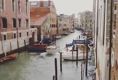 Dans Venise la rouge ...mais là un bateau qui bouge  ! (jacques.missud) Tags: venise venezia venice venetie venedig rouge canal